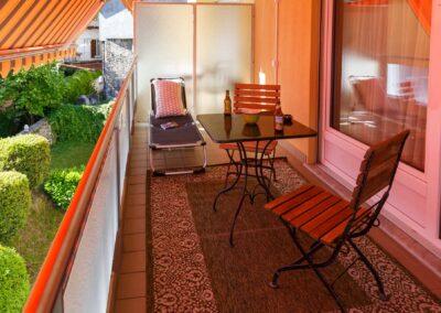 Balkon mit neuen Stühlen, Tisch und Teppich